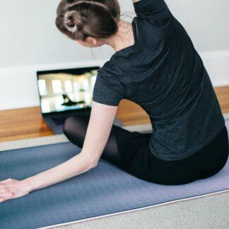 Como aderir a uma rotina de exercícios em casa?